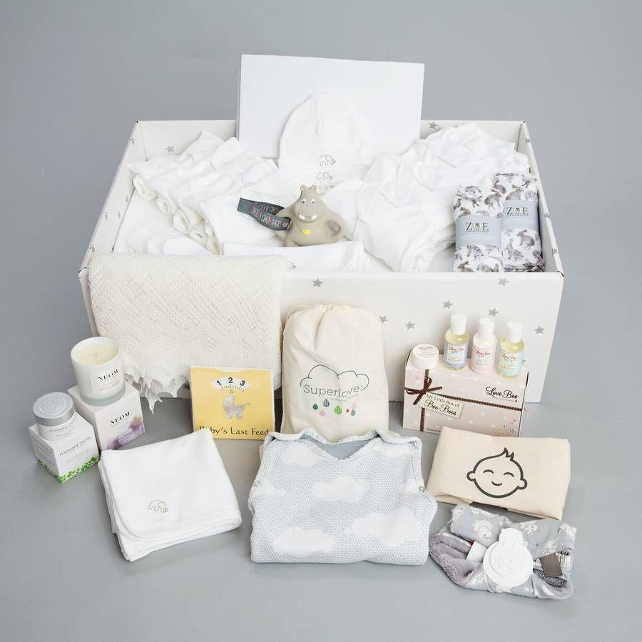 cajas llenas de regalos personalizados, pequeños detalles para regalar en una bienvenida de bebé, regalos para recien nacidos
