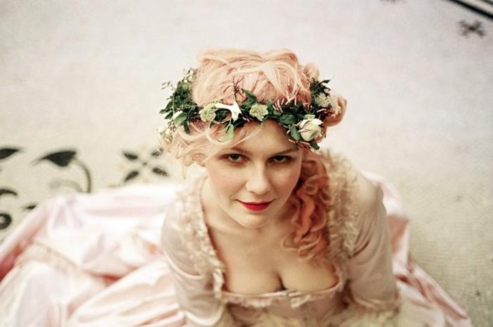 románticas ideas de peinados medievales con recogidos y trenzas, recogido lateral con rizos, cabello largo rubio con mechas en rosado