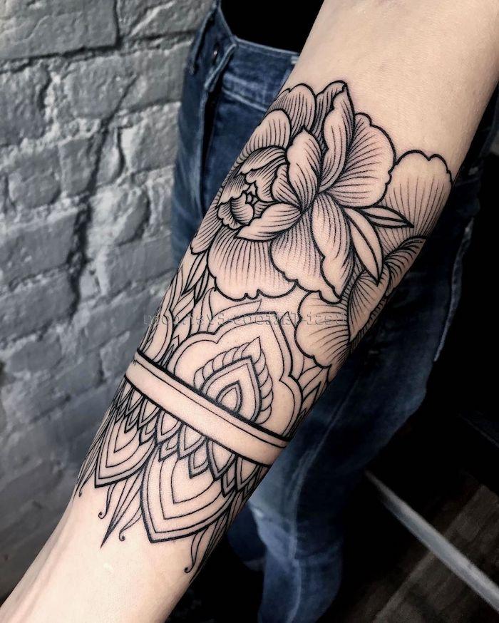 hermosos tatuaje ornamentado en el brazo, diseños de tatuajes de flores, tatuaje con peonías simbolico, diseños tatuajes antebrazos mujer, de tattoos femeninos