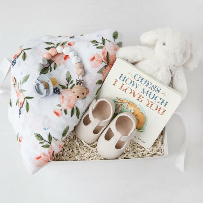 adorables propuestas regalos bebé, canastillas para bebes unicas, peluche conejo, zapatillas, libro y manta con flores