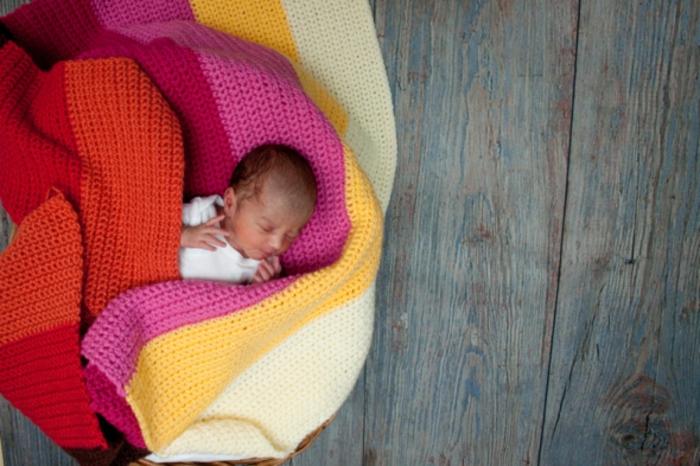 ideas de regalos para bebés hechos a mano, bonita manta hecha a ganchillo DIY, regalos originales para recién nacidos unicos
