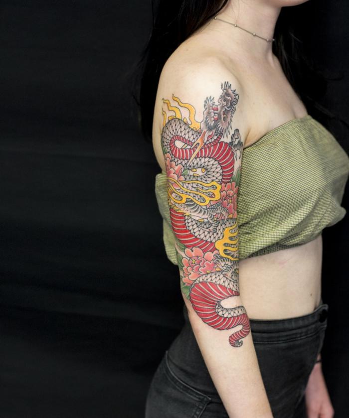 brazo entero tatuado con simbolos japoneses, tatuajes japoneses en el brazo, fotos de tatuajes bonitos para escoger