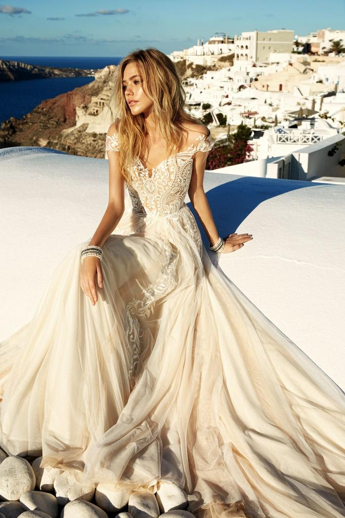 los mejores diseños de vestido de novia princesa, vestido en color marfil con larga falda de tul, novia con pelo suelto ondulado