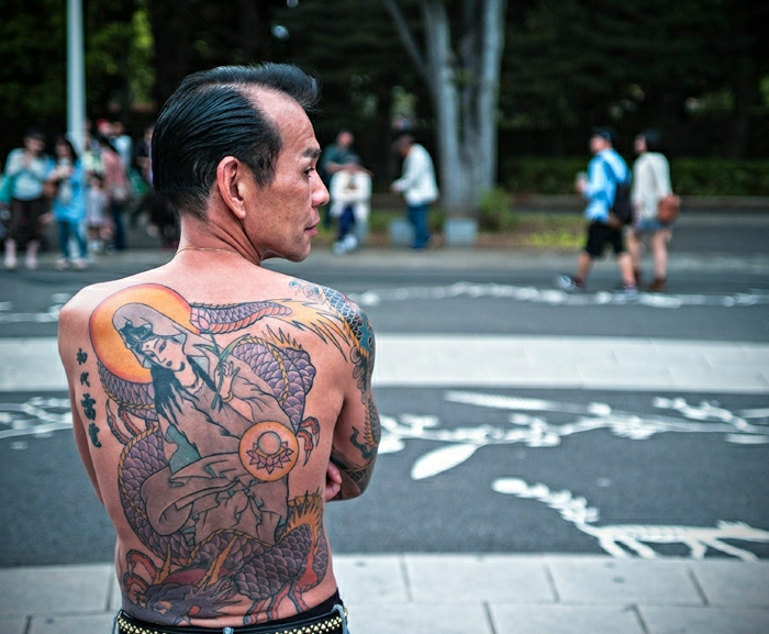 tatuajes japoneses en la espalda, ideas de tatuajes simbolicos en la espalda, dise;os de tatuajes con geishas, tattoos hombre simbolicos