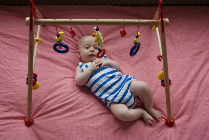 juguetes para el bebé, ideas de regalos útiles y originales, gimnasia para el bebé hecha de madera, regalos bienvenida de bebé