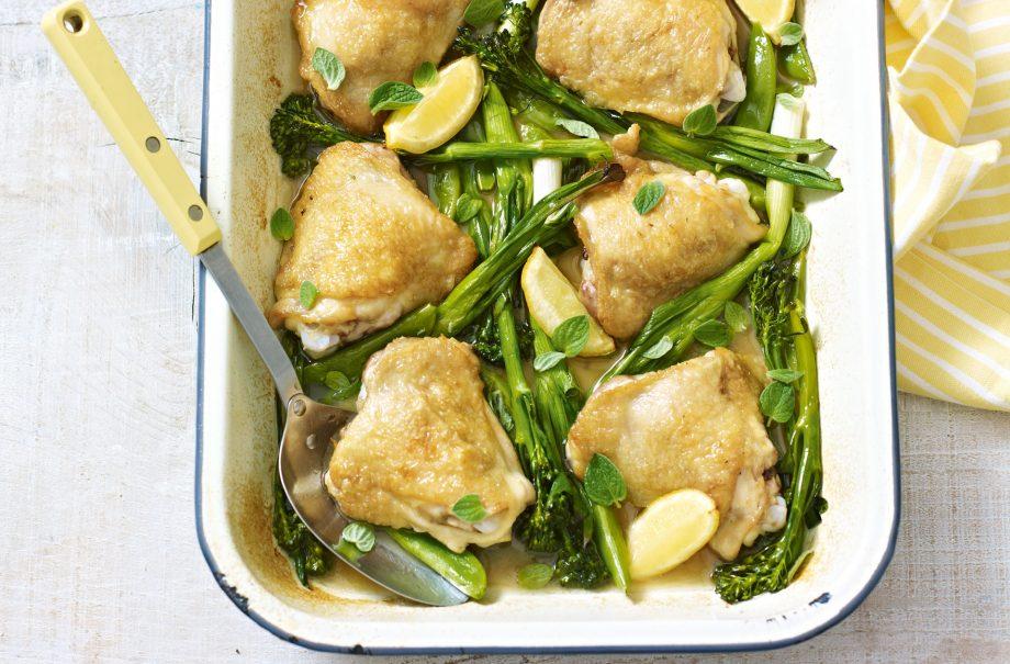 pollo al horno con verduras, muslos de pollo con piel al horno con legumbres y verduras, ideas de recetas bajas en calorias