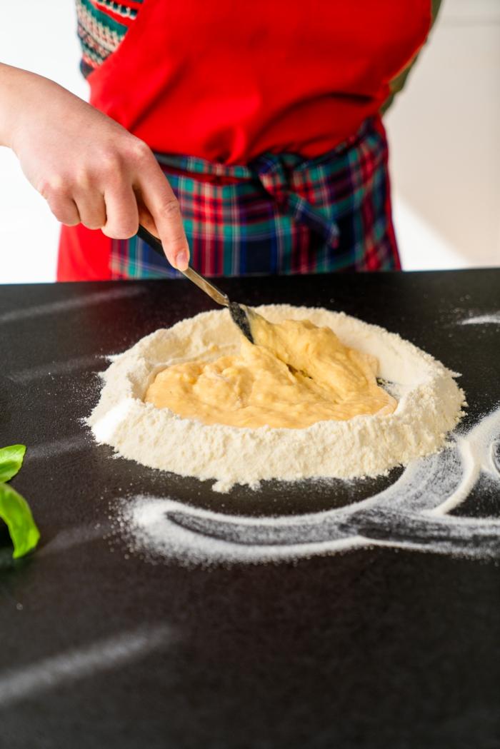 mezclar los ingredientes para hacer una masa de pasta, pasta casera rica con ingredientes saludables, ideas de cenas bajas en calorias