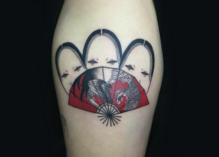 originales ideas de tatuajes japonesas, tatuajes en la pantorilla, tres caras de geisha y un abanico, diseños de tattoos