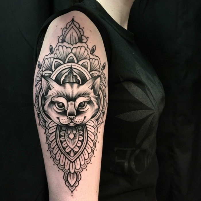 tatuaje brazo hombre, precioso tatuaje en el brazo en negro, simbolos egipcios originales para tatuarse, galeria de imagines