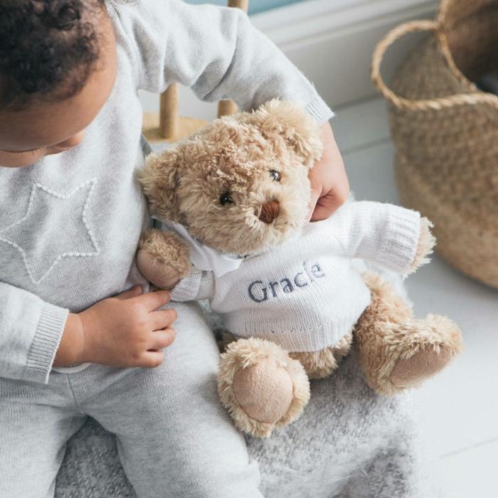 bonitas ideas de regalos bebés, regalos originales para recién nacidos, bonito peluche oso para regalar al bebé de tu amiga