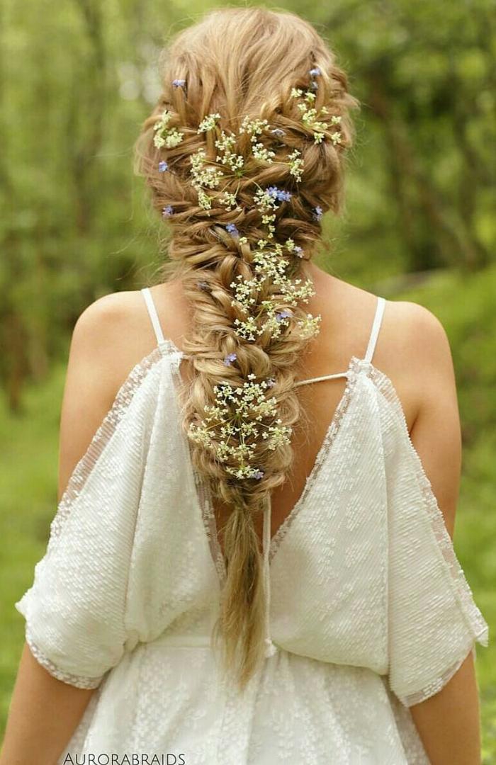 las ideas más bonitas de peinados de novia pelo largo, adorable coleta trenzada con mini flores, peinados medievales media melena y cabello largo