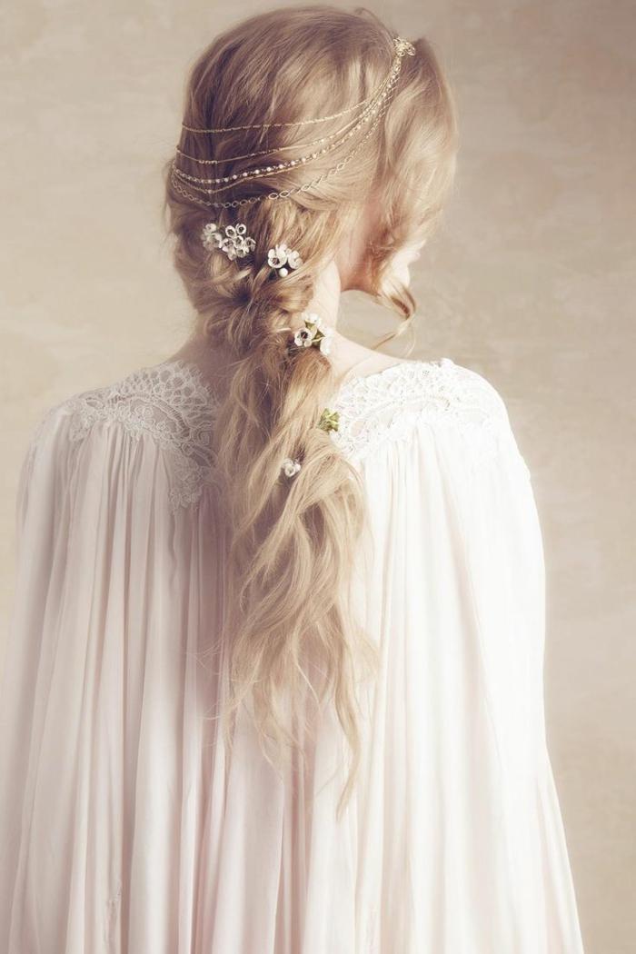 las mejores ideas de peinados de novia, peinados medievales con corona y accesorios de pelo, larga melena rizada