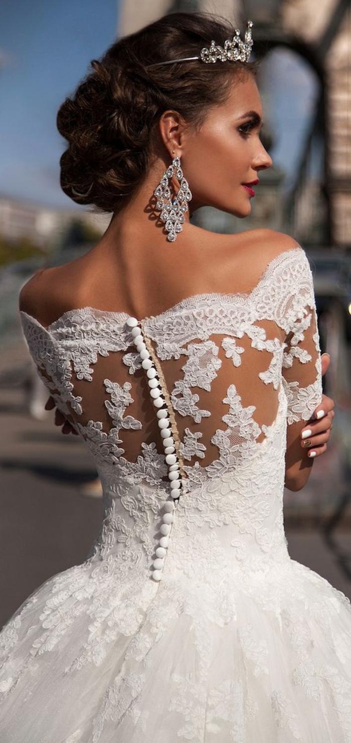 vestidos de novia 2019 originales y bonitos, vestidos de corte super bonito, espalda de encaje y tul transparente con bordados de flores