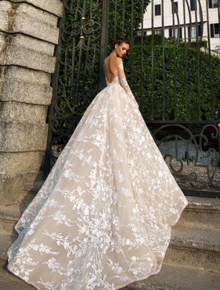 los mejores diseños de vestidos novia, falda super larga con bordados de flores, vestidos novia 2019 de corte princesa