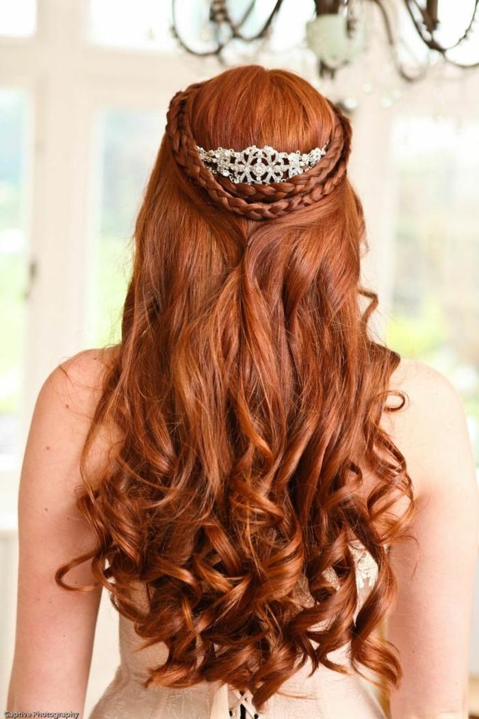 larga melena rizada con corona color plateado y bonitas trenzas, peinados medievales con corona en estilo vintage