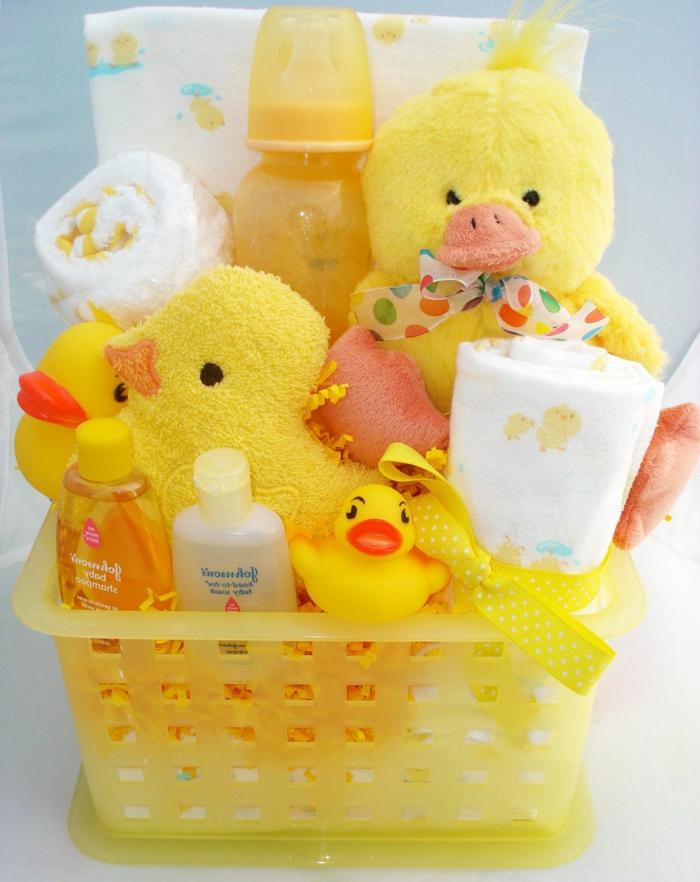 ejemplos creativos de canastillas para bebes, set de baño para bebés, pequeños detalles y juguetes para regalar e un bebé