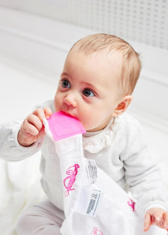 manta con un mordedor de silicona para maasticar, canastillas para bebes y otros regalos únicos para bebés pequeños
