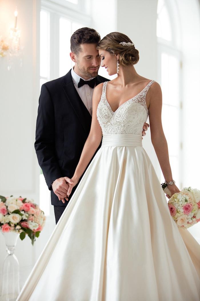 preciosa pareja, vestidos novia 2019 super bonitos, diseños de vestidos de novia en estilo princesa, mujer con pelo recogido en moño