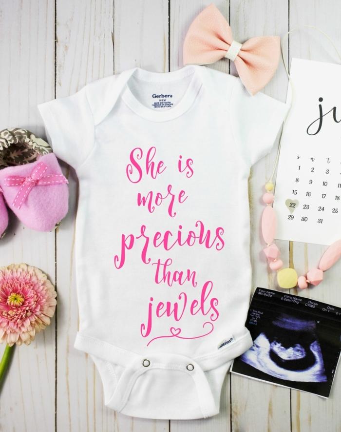 las mejores propuestas de cosas que regalar a los padres de un bebé, canastillas para bebes y regalos personalizados