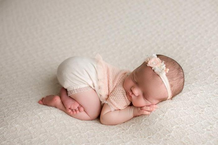 adorable diadema con flores para regalar a un bebé niña pequeño, canastillas para bebes y regalos personalizados