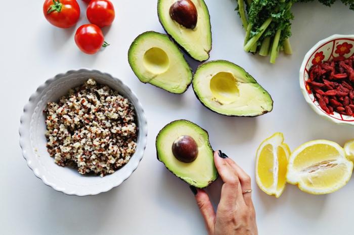 ejemplos de platos con los que puedes conseguir una dieta sana y equilibrada, quinoa cocida con aguacate y verduras
