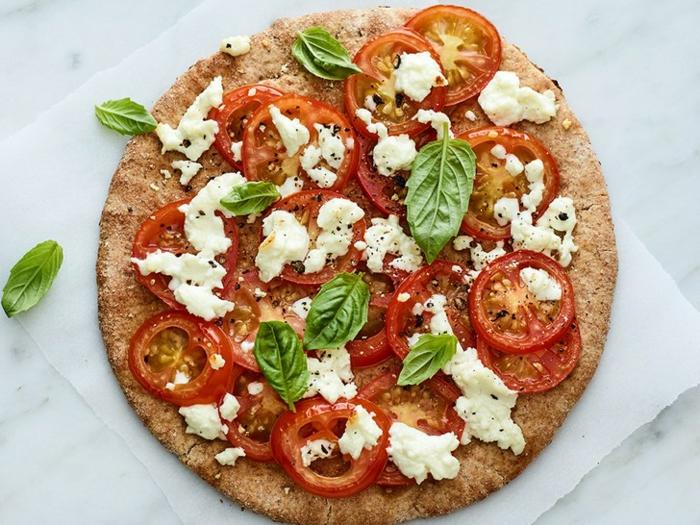 las mejores propuestas de pizzas saludables caseras, pizza integral con queso, tomates y albahacas, menu semanal para adelgazar