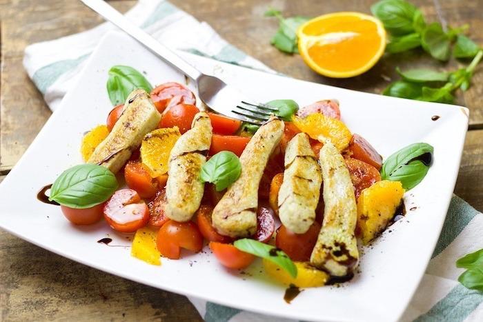 platos fáciles de hacer y saludables, ensalada con tomates uva, naranja, albahacas y pollo, dieta sana y equilibrada