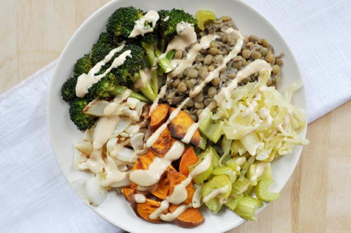 dieta sana y equilibrada paso a paso, como hacer un plato saludable y rico paso a paso, brocoli cocidos con legumbres y salsa