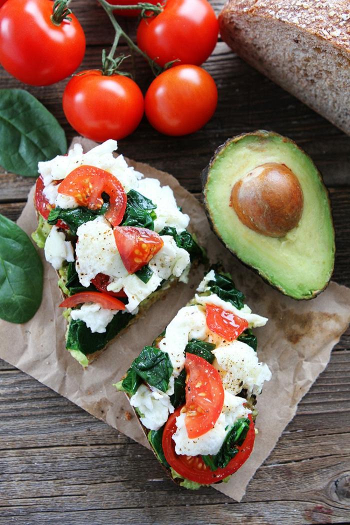 tostadas ricas y nutritivas para empezar bien el día, dieta sana y equilibrada paso a paso, tostadas con queso mozzarella, espinacas y tomates