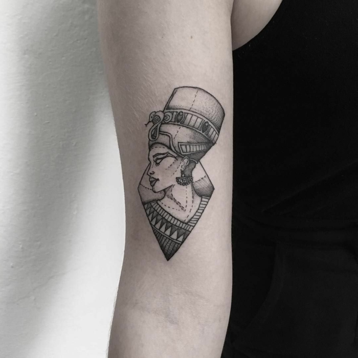 preciosos diseños de tatuajes en el brazo con simbolos egipcios, diosidades para tatuajes, significado de los tattoos egipcios