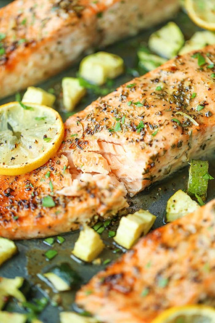 menu semanal para adelgazar paso a paso, salmón a la plancha con especias, trozos de calabacin y limones, recetas saludables con salmón