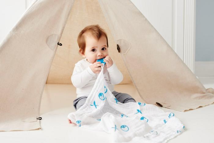 ideas de regalos originales para bebes recien nacidos, tienda para bebés y una manta con mordedor de silicona para masticar