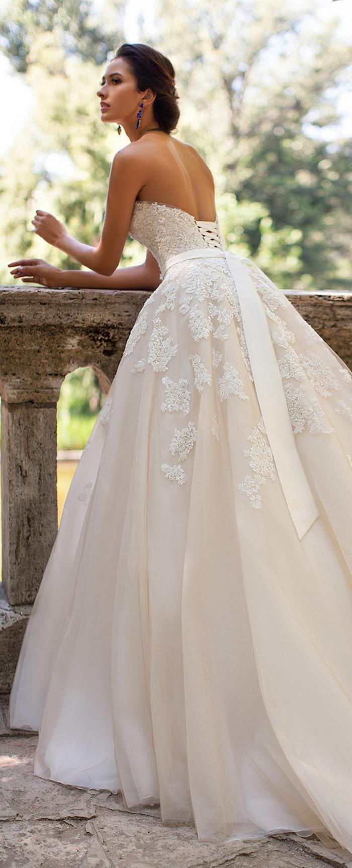 hermosos vestidos de novia en color blanco, larga falda con bordados de flores, vestido con espalda descubierta