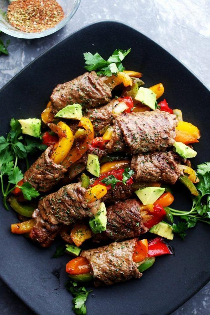 ideas originales de menus para adelgazar, rollos de ternera con verduras al horno, pimientos, perejil y aguacate, comidas saludables