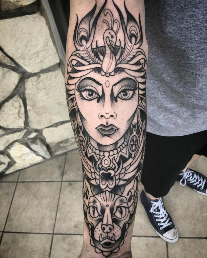 cuáles son los mejores diseños de los tatuajes con simbolos egipcios, tatuaje antebrazo hombre, originales ideas de diseños