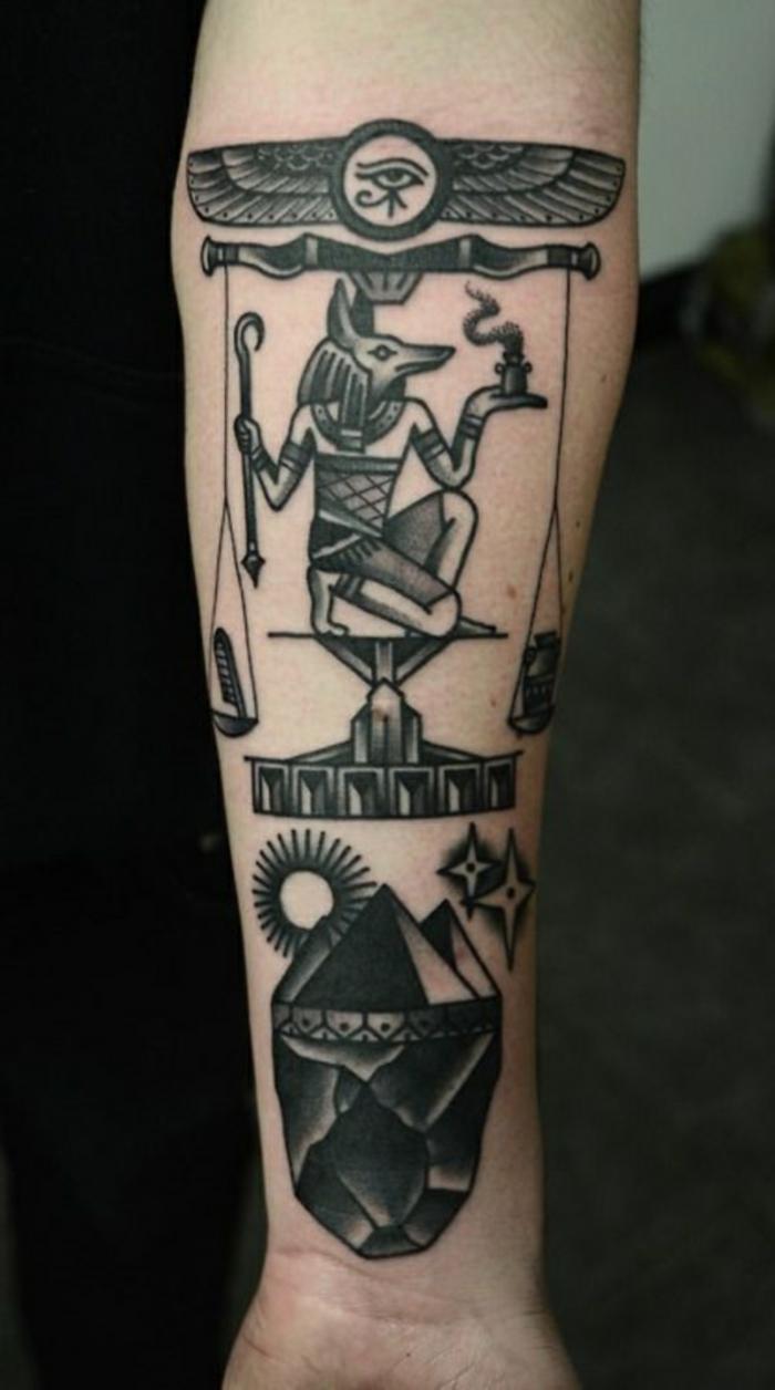 los mejores diseños de tatuajes con simbolos egipcios, tatuaje antebrazo hombre con precioso simbolos de la cultura egipta