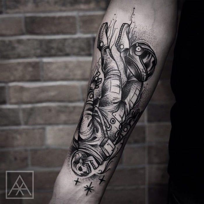 astronauta tatuado en el antebrazo con cabeza calavera, tatuajes antebrazo con motivos old school, diseños originales de tatttoos