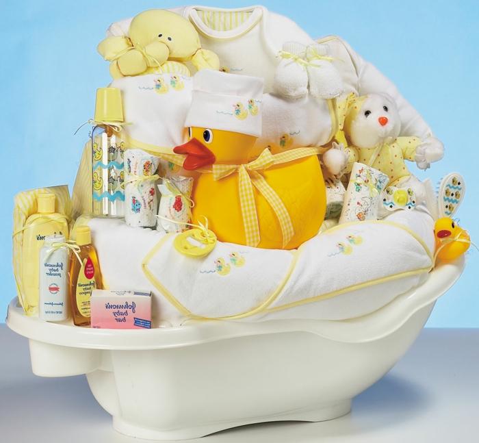 canastillas bebé originales, bañera de bebé llena de pequeños regalos originales en color amarillo y blanco, kit para baño