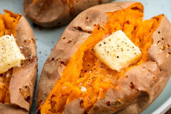 batatas cocidas con mantequilla y pimienta negra, menus para adelgazar originales y fáciles de hacer, patatas dulces al horno