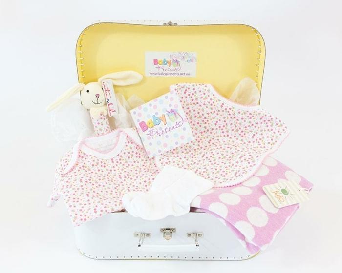 super originales ideas de canastillas para bebes, maleta en color blanco llena de pequeños detalles, ropa en blanco y rosado para el bebé