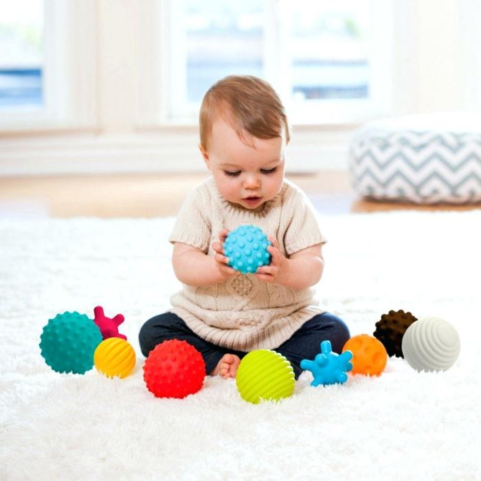 ideas de regalos super originales para bebés pequeños, juguetes de silicona bebés pequeños, boals de silcona en diferentes colores