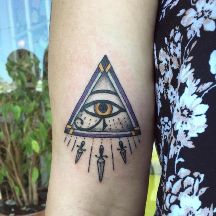 tatuajes geométricos con simbolos egipcios, diseños de ojo de horus tatuaje, las mejores propuestas de tattoos egipcios