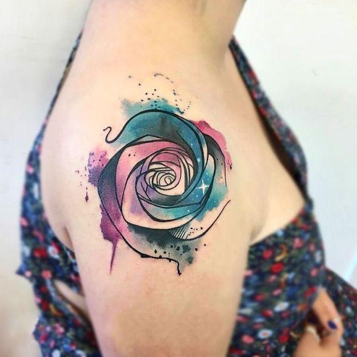 coloridas propuestas de tatuajes de rosas, tatuaje rosa en el hombro en colores, bonitas ideas de dibujos tattoo y fotos