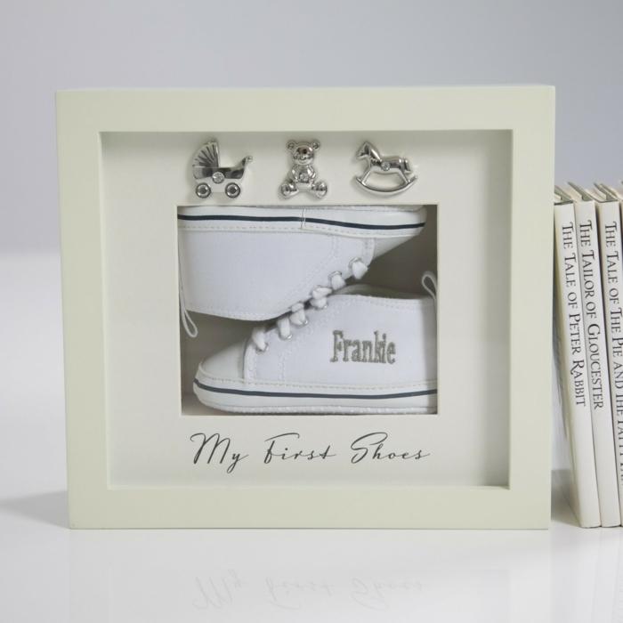 regalos recuerdo, bonito cuadro con mini zapatillas, mi primeros zapatos, originales ideas de regalos personalizados para bebes recien nacidos