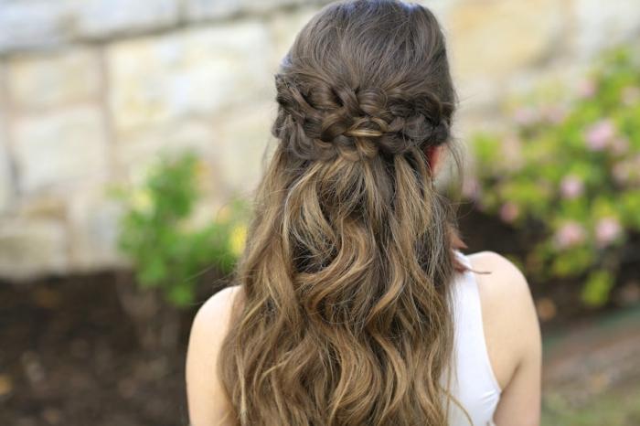 semirecogido cabello largo color castaño claro con mechas balayage rubias, los mejores peinados en estilo vintage para novias