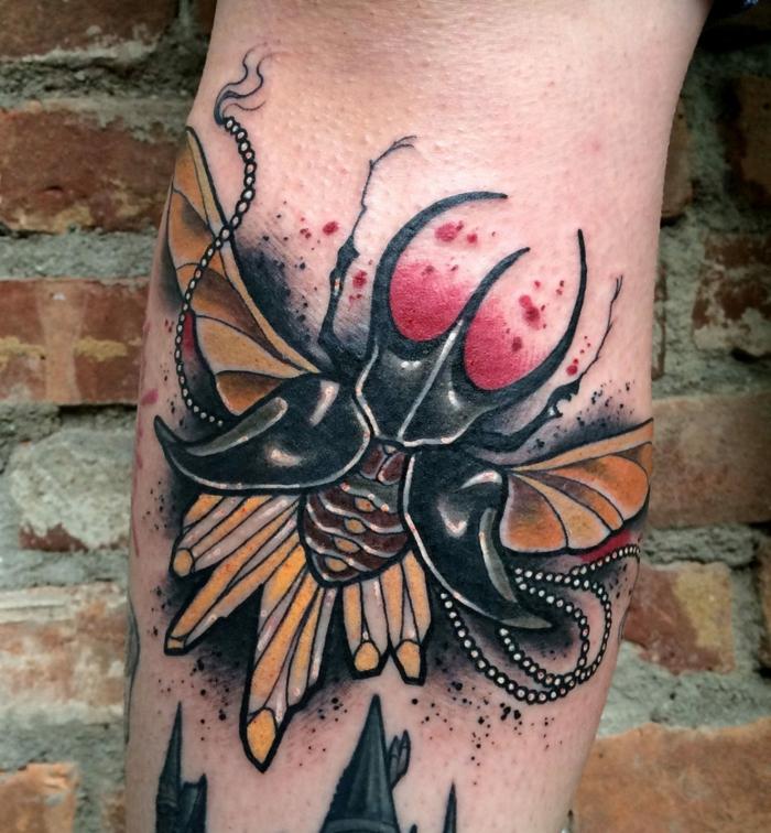 tatuaje antebrazo con escarabajo, los mejores diseños de tattoos, tatuajes coloridos para hombres y mujeres en fotos