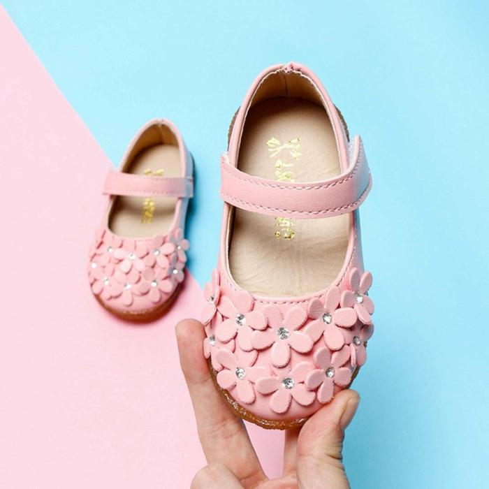 mini zapatos en color rosa con aplicaciones de flores, regalos personalizados para bebes recien nacidos originales y bonitos