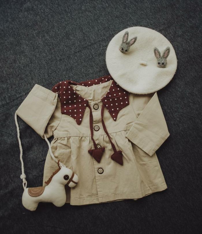 regalos personalizados para bebes recien nacidos, ideas de regalos únicos, bonito vestido en beige y bonita gorra