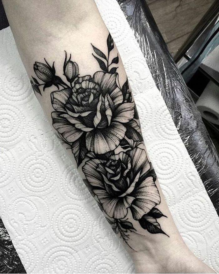 preciosos diseños de tatuajes de flores, tatuajes de rosas en el antebrazo mujer, tatuajes antebrazo clásicos