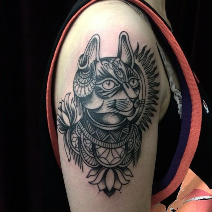 grandes tatuajes en el brazo con fuerte significado, tatuajes de gatos bonitos y cargados de simbologia, bonitas ideas de tatuajes en el brazo